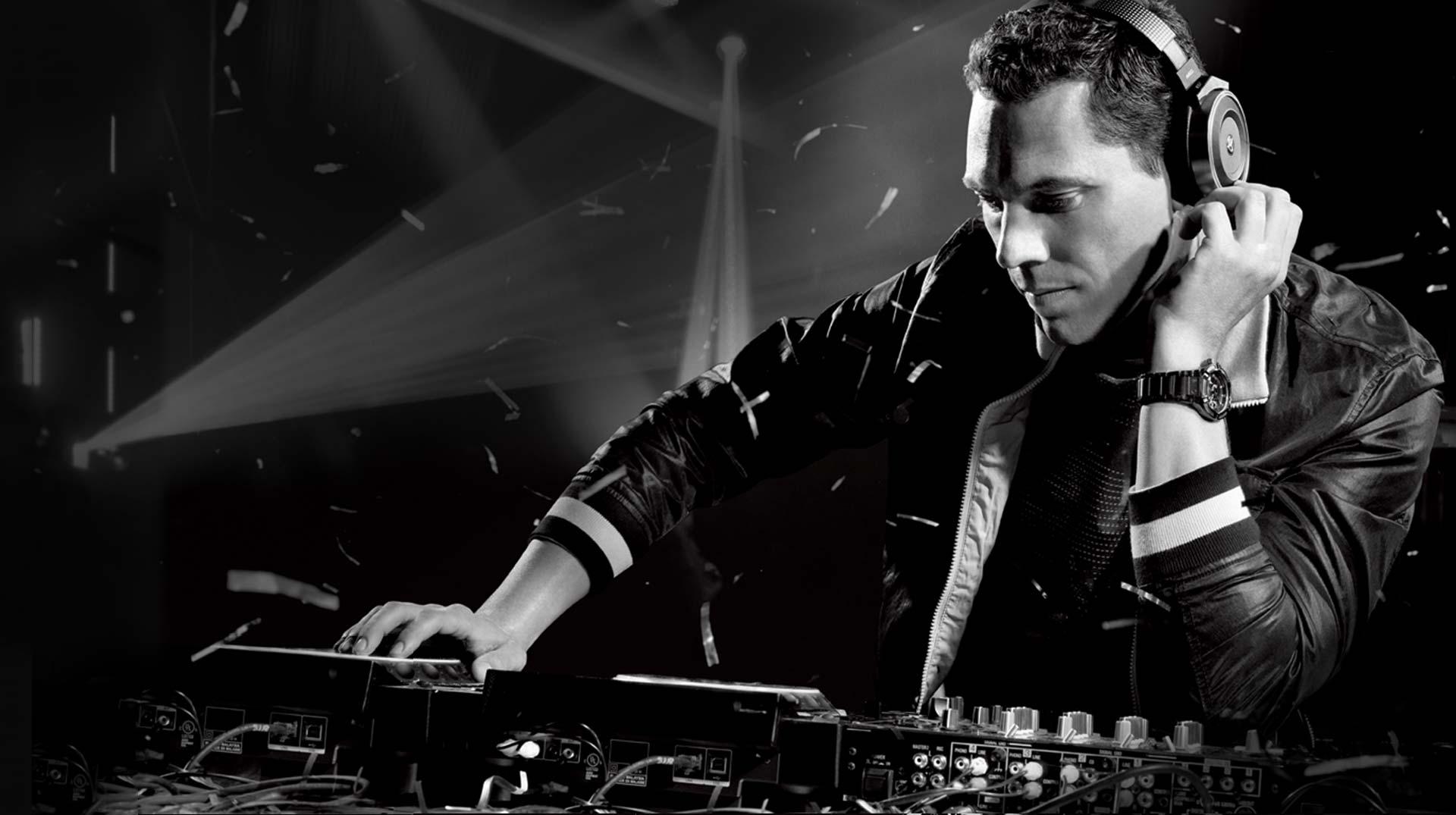 Tiësto DJing