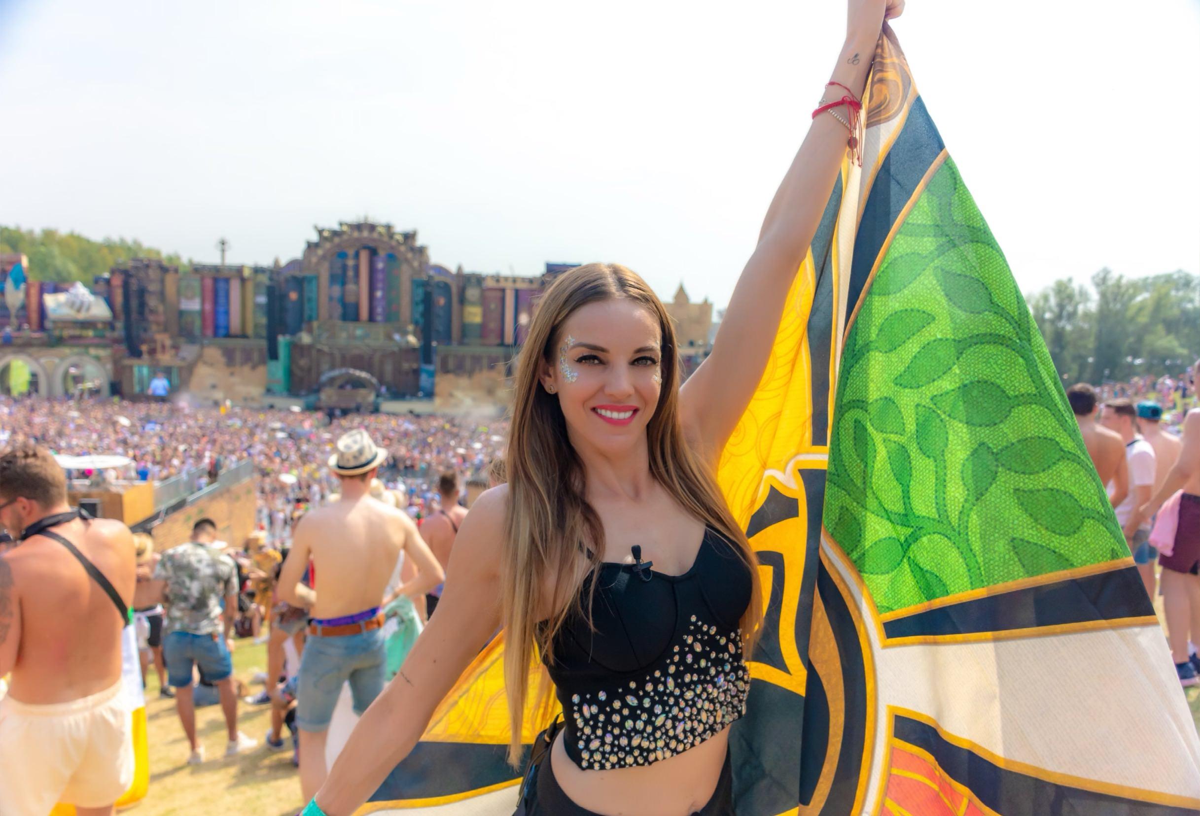 Majo Montemayor con bandera de Tomorrowland