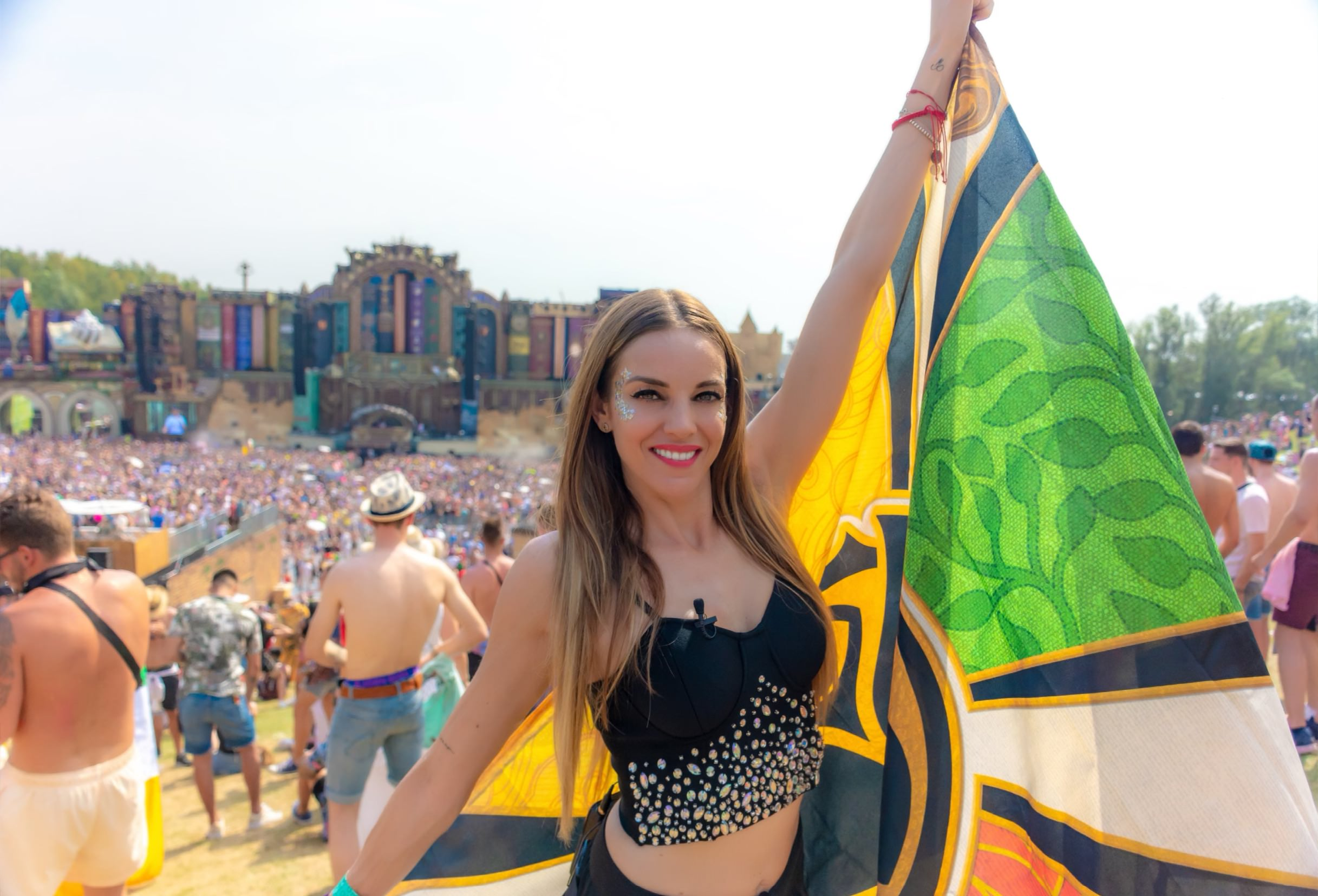 Majo Montemayor con bandera de Tomorrowland